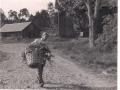 Farfar Holger bär in gräs 50-talet