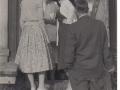 Kunder besöker Säby där farmor Alice har mjölkförsäljning, 50-talet