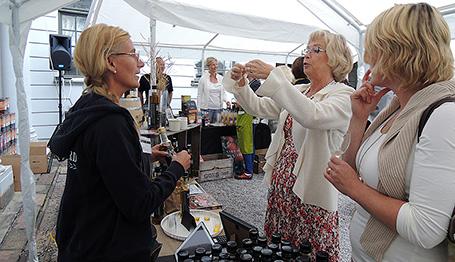 Säby gård och Värmdö musteri pekas ut som två lyckade exempel på hur småskalig matproduktion ska fortsätta växa. På bilden Åsa Levén och landshövdingen Chris Heister. FOTO: LÄNSSTYRELSEN I STOCKHOLM